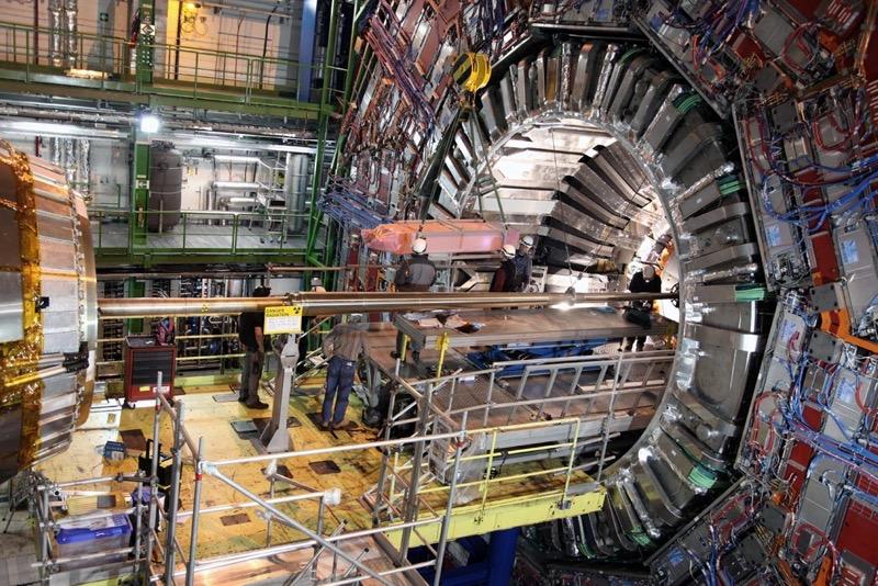 """Während der ersten großen Betriebspause (""""Long Shutdown 1"""", kurz LS1) wird die Magnetspule des CMS-Experiments aus ihrer ursprünglichen Position herausgeholt, damit sie technisch aufgerüstet werden kann. Foto: Michael Hoch, CMS Collection, © CERN 2013"""
