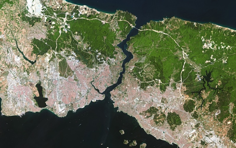 Der Bosporus verbindet das Schwarze Meer mit dem Mittelmeer und trennt den europäischen Teil Istanbuls (links) vom asiatischen (rechts). (Foto: eoVision 2017/ESA, 2017)