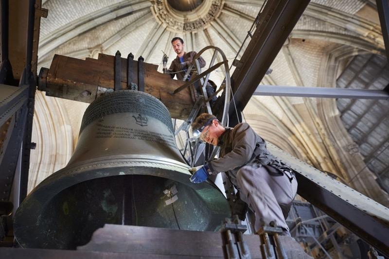 Die Ingenieure Michael Plitzner (vorne) und Denis Spieß sorgen mit pfiffiger Technik für den Erhalt von Kirchenglocken. (Foto: Ralf Baumgarten)