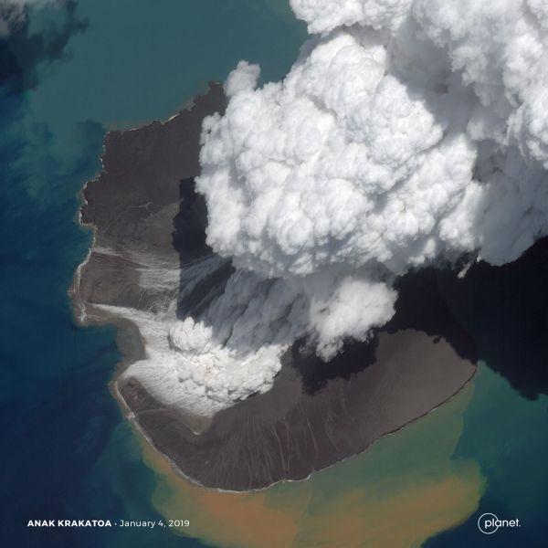 Der Vulkan Anak Krakatau am 2. Januar 2019: Wenige Tage zuvor ist der indonesische Vulkan bei einem Ausbruch kollabiert und hat einen heftigen Tsunami ausgelöst. (Bild: 2019, Planet Labs Inc. All Rights Reserved.)