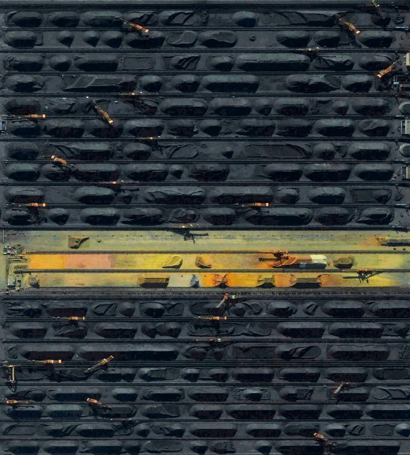 Der Hafen von Qinhuangdao im Nordosten Chinas ist der größte Kohle-Umschlagplatz des Landes. Von hier wird der Rohstoff per Zug nach Südchina gebracht. Das Reich der Mitte ist der größte Kohlekonsument der Welt. (Foto: BenjaminGrantOverview / DigitalGlobe; für die dt. Ausg. Dorling Kindersley Verlag)