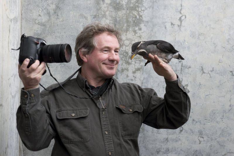 Ausnahmsweise mal vor der Kamera: Der Fotograf Joel Sartore schließt im Alaska Sea Life Center Freundschaft mit einem Nashornalk. (Bild: Joel Sartore/National Geographic)