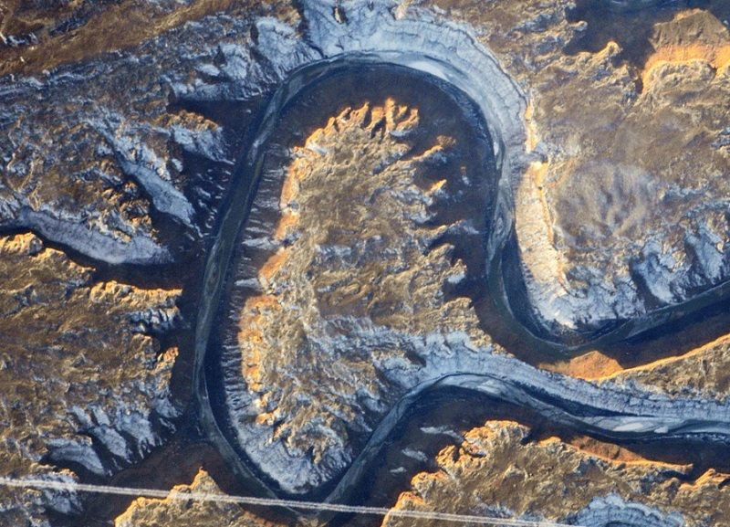 Der Green River fließt durch den Westen der USA und formt auf seinem Weg durch das Land ein kleines Schreibschrift a. (Foto: NASA; Idee: Adam Voiland; Gestaltung: Jesse Allen & Paul Przyborski)