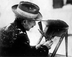 Wilson Bentley lebte von 1865 bis 1931 in der Kleinstadt Jericho im US-Bundesstaat Vermont. Eigentlich war er Farmer, die Schneeflocken-Fotografie betrieb er als Hobby.
