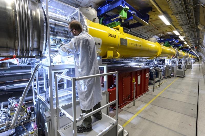 Techniker Karsten Harries verbindet zwei Module des röhrenförmigen Elektronenbeschleunigers im European XFEL. (Foto: R. Frommann)