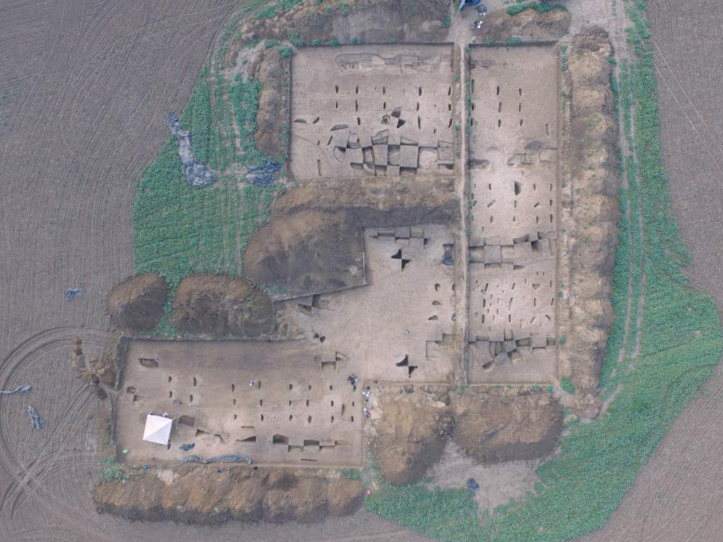 Verdrehte Steinzeithäuser