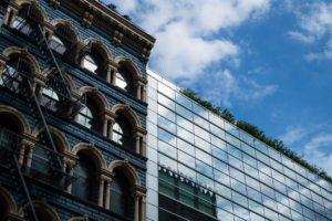 Historismusfassade neben moderner Glasfassade