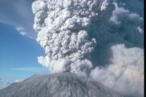 bearbeitet_mount_st_helens_1980_gro__mike_doukas_usgs.jpg