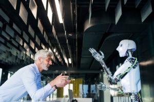 Mann und Roboter im Dialog