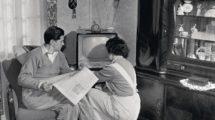Bergmann,_der_wegen_Silikose_(Staublunge)_frühpensioniert_wurde,_in_seinem_Wohnzimmer,_Bochum,_Januar_1959