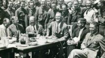 """Roosevelt,_Franklin_D._32._Präsident_der_USA_(1933–45),_1882–1945.__Wirtschaftskrise_und_""""New_Deal""""_in_den_USA:_Präsident_Roosevelt_(Mitte)_besucht_ein_Lager_des_Civilian_Conservation_Corps_(CCC)_in_Big_Meadow,_Skyland_Drive,_Virginia_(CCC_=_Arbeitsbescha"""