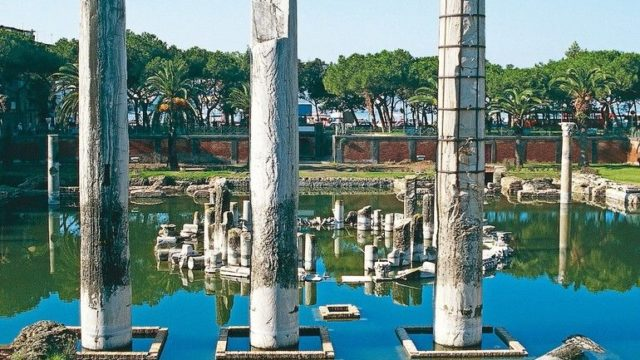 Ruins_of_the_Macellum_(indoor_market),_mistakenly_known_as_the_Temple_of_Serapis,_Pozzuoli,_Campania,_Italy._Roman_civilisation,_1st–2nd_century_AD.