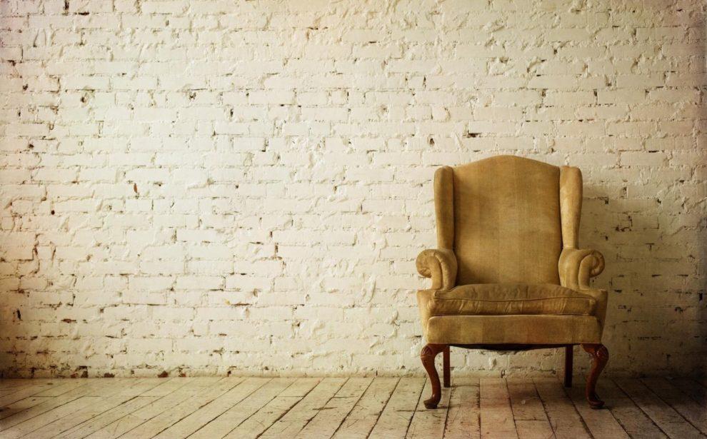 Sessel in leerem Raum