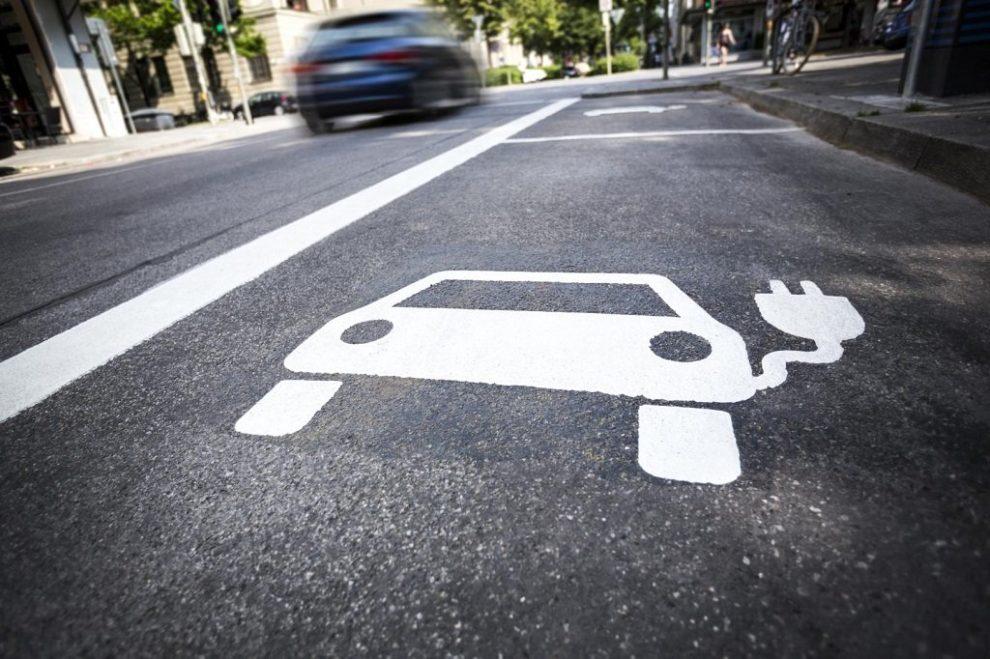 Fahrbahnmarkierung einer Ladestation
