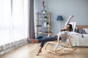 Junge Frau in modernem Sitzmöbel