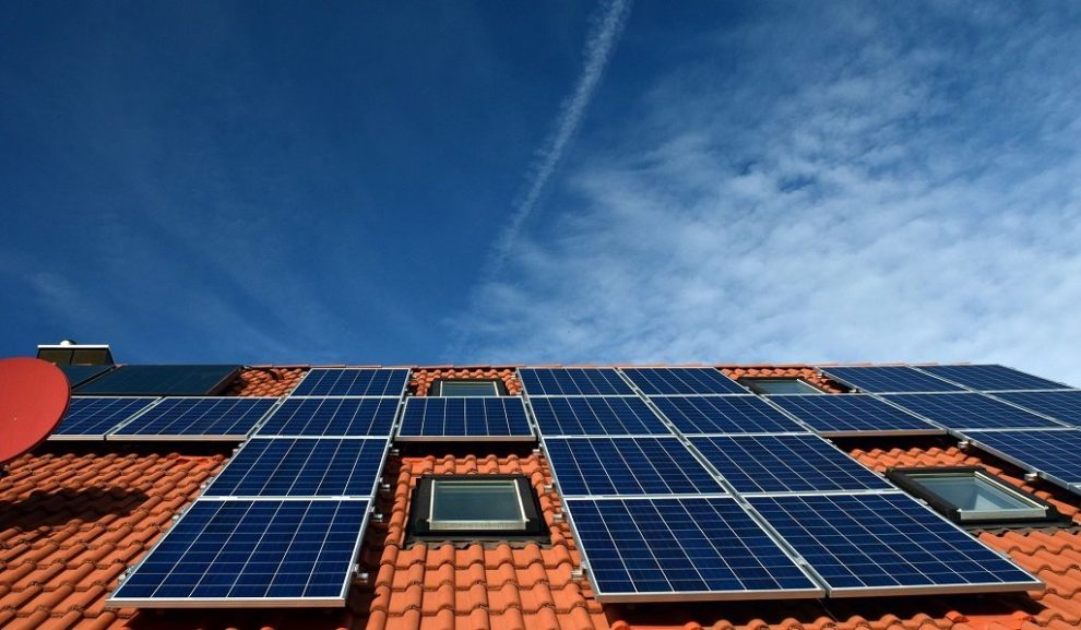 Hausdach mit Solarpanels